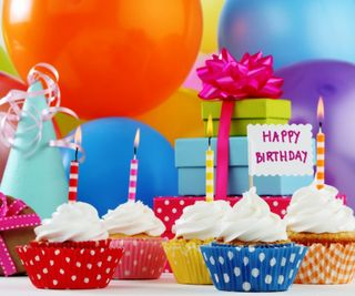 Обои на телефон торт, шары, счастливые, подарок, 960x800px