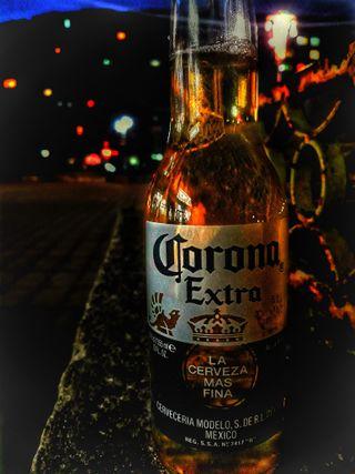 Обои на телефон корона, бутылка, пиво, огни, ночь, tequila