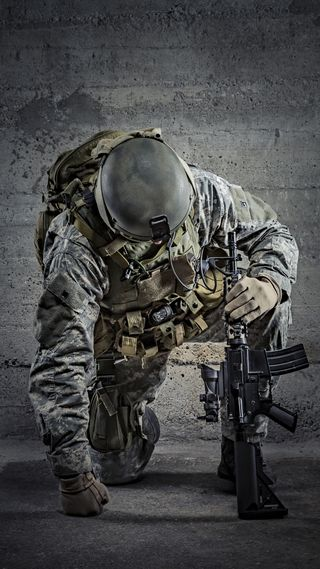 Обои на телефон стена, солдат, оружие, мужчина