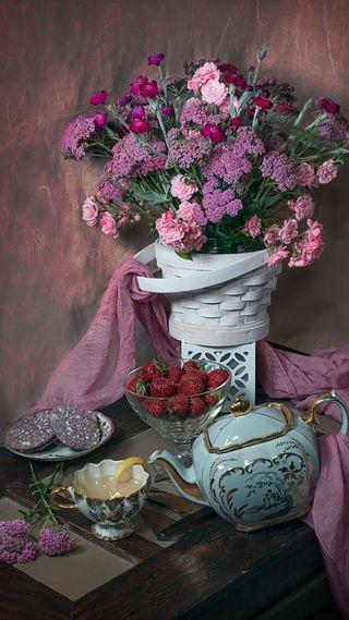 Обои на телефон чай, цветы, утро, розовые, клубника, букет, hd