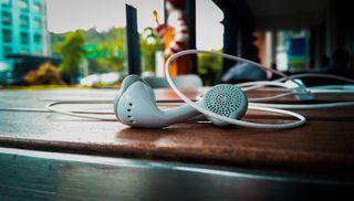 Обои на телефон шри ланка, фон, стол, самсунг, размытые, музыка, боке, белые, wires, samsung, earphones