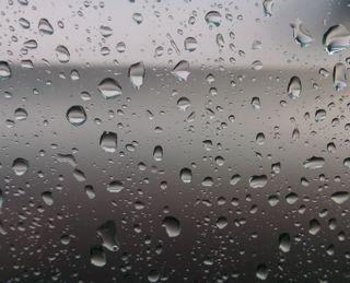 Обои на телефон окно, серые, капли, дождь
