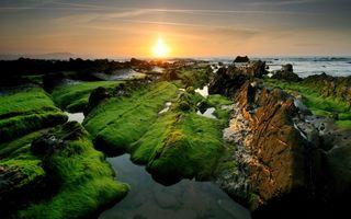 Обои на телефон холмы, камни, зеленые, закат