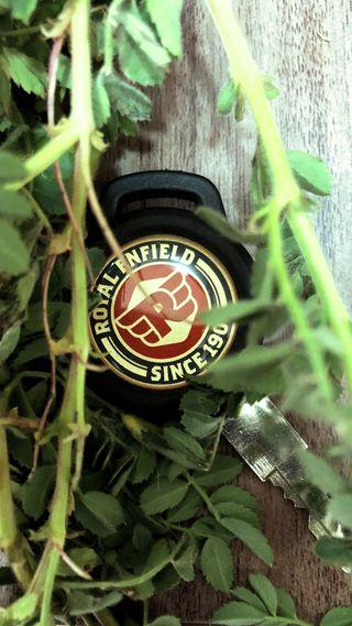 Обои на телефон фотография, листья, ключ, естественные, дорога, royal enfield, royalenfield, re, classic350, bullet, 350cc