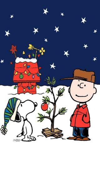 Обои на телефон peanuts, holiday season, рождество, снег, дерево, огни, праздник, коричневые, сезон