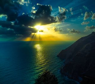 Обои на телефон утес, сияние, солнце, облака, море, закат