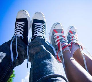 Обои на телефон обувь, пара, молодой, любовь, конверсы, love