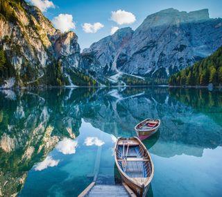 Обои на телефон озеро, горы, отражение, лодка, зеркало