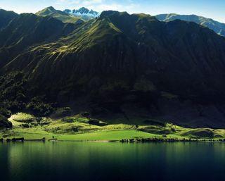 Обои на телефон холм, природа, прекрасные, поле, пейзаж, озеро, облака, мир, зеленые, горы, green nature