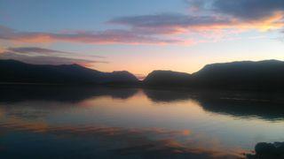 Обои на телефон сумерки, солнечный свет, озеро, облака, горы, solljus, dusk  mountain swe, berg