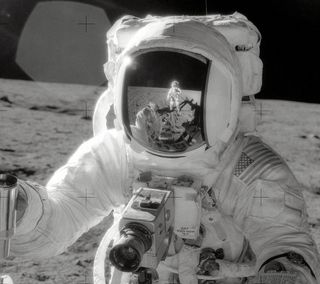 Обои на телефон фотография, луна, космос, космонавт