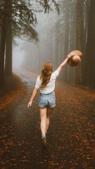 Обои на телефон природа, девушки, дорога, деревья, осень, люди, женщина, туман, настроение, лес