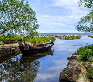 Обои на телефон швеция, река, лодки, камни, деревья