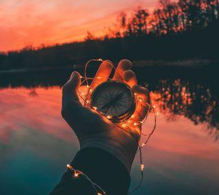 Обои на телефон руки, огни, компас