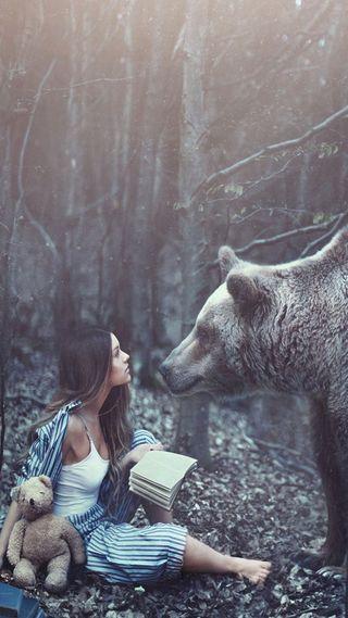 Обои на телефон медведь, лес, девушки