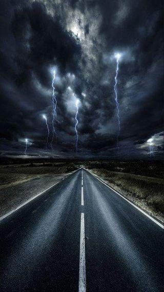 Обои на телефон облачно, темные, серые, облака, молния, дорога, thunderstorm, cloudy road