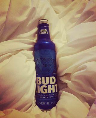 Обои на телефон пиво, синие, кровать, белые, budlight, beer in bed