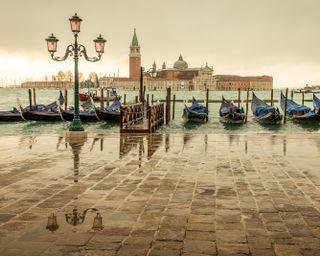Обои на телефон озеро, лодка, италия, дождь, город, венеция