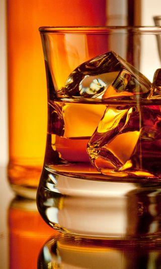 Обои на телефон напиток, стекло, лед, золотые, алкоголь