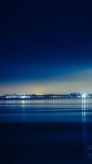 Обои на телефон отражение, темные, синие, природа, океан, огни, море, город, военно морские, blue seaside town