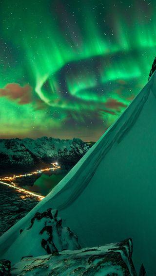 Обои на телефон холод, свет, красота, зима, зеленые, горы, город, аврора