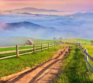 Обои на телефон туман, трава, природа, облака, забор, горы, countryside