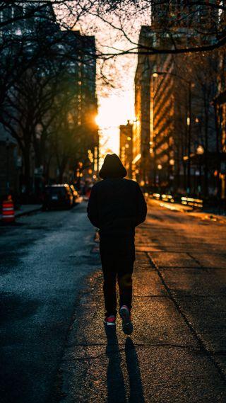 Обои на телефон ходячие, настроение, улица, мальчик, люди, закат, далеко, город, walking away