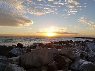 Обои на телефон фото, солнечный свет, солнце, пляж, пейзаж, океан, камни, закат, вода
