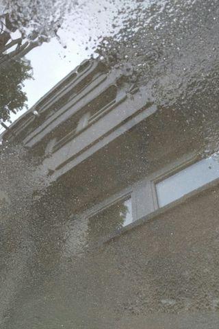 Обои на телефон отражение, серые, здания, вода, puddle