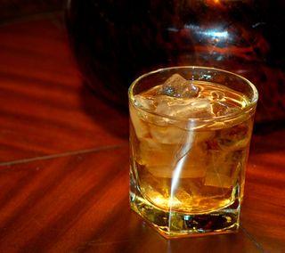 Обои на телефон виски, лед, дерево, алкоголь