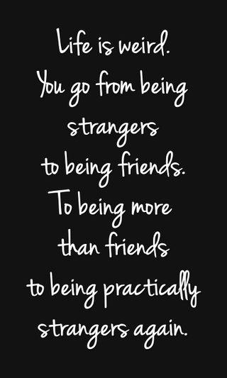 Обои на телефон странные, цитата, поговорка, новый, крутые, жизнь, друзья, strangers, life is weird