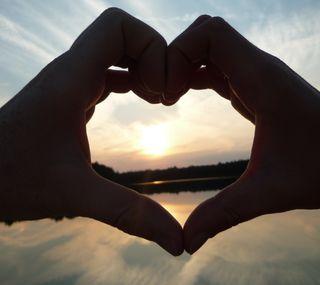 Обои на телефон рука, сердце, природа