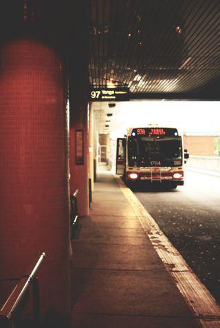 Обои на телефон туннель, стоп, старые, станция, огни, машины, винтаж, автобус, bus stop
