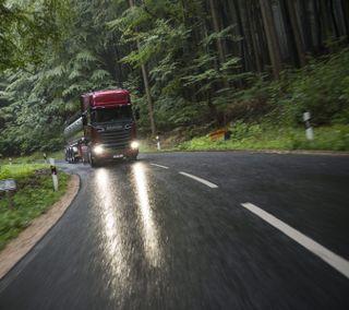 Обои на телефон грузовик, красые, дорога, деревья, scania
