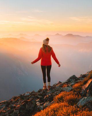 Обои на телефон холмы, настроение, природа, люди, закат, женщина, девушки, горы, восход, вид, the view