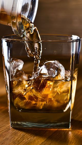 Обои на телефон виски, стекло, лед, камни, бутылка, whiskey on the rocks, on the rocks