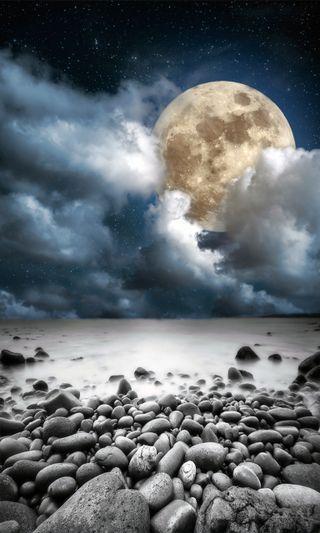 Обои на телефон пляж, ночь, луна, камни, full