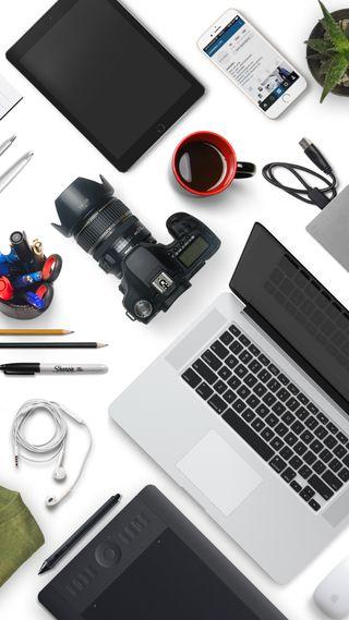Обои на телефон чашка, стол, стиль жизни, ноутбук, мобильный, мини, камера, белые, workspace, cup