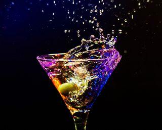 Обои на телефон напиток, стекло, ночь, напитки, красочные, брызги, алкоголь, colorful drink