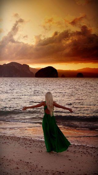 Обои на телефон облачно, силуэт, романтика, пляж, закат, женщина