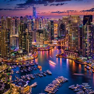 Обои на телефон огни, ночь, лодка, здания, дубай, город, harbour