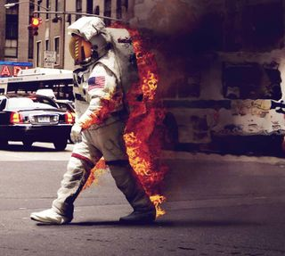 Обои на телефон ходячие, космонавт, огонь, космос, дым, город, spacesuit