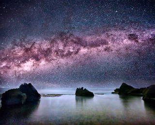 Обои на телефон берег, темные, путь, океан, ночь, небо, млечный, космос, камни, звезды, галактика, galaxy