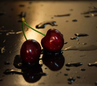 Обои на телефон ягоды, вишня, капли, вода
