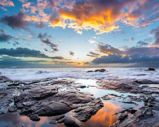 Обои на телефон берег, пляж, пейзаж, остров, облака, камни, закат, гавайи, волна