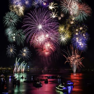 Обои на телефон фейерверк, сцена, река, ночь, лодки, firework scene