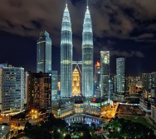 Обои на телефон здания, огни, ночь, малайзия, город, kuala lumpur