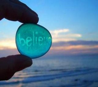 Обои на телефон верить, цитата, синие, рок, поговорка, пляж, океан, небо, камни, вода