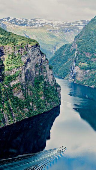 Обои на телефон fjord, geiranger, hd, dramatic nature, природа, море, лодки, пейзаж, норвегия