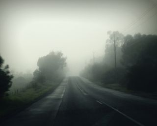 Обои на телефон холм, туман, тихий, лес, дорога, misty